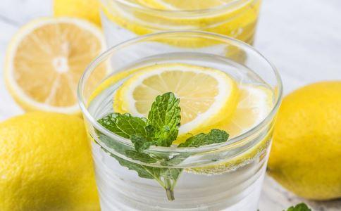 早上起来喝一杯柠檬水好吗 早起喝柠檬水要注意什么 喝柠檬水有哪些好处