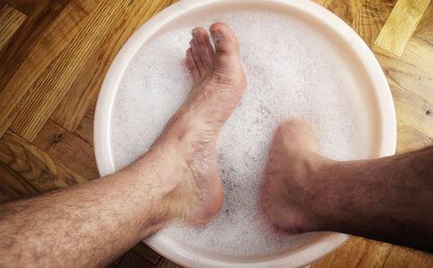 秋季泡脚好处 秋季泡脚有哪些好处 秋季用什么泡脚