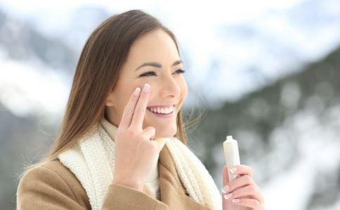 冬季皮肤干燥缺水怎么补水 冬季皮肤干燥怎么办 冬季皮肤干燥缺水的原因是什么