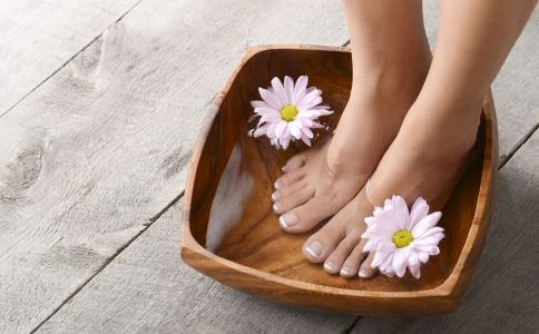 艾叶泡脚有什么好处 艾叶泡脚的好处有哪些 泡脚加什么能养生